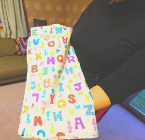 アルファベット柄の布