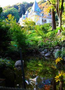 水面に移る萬翠荘