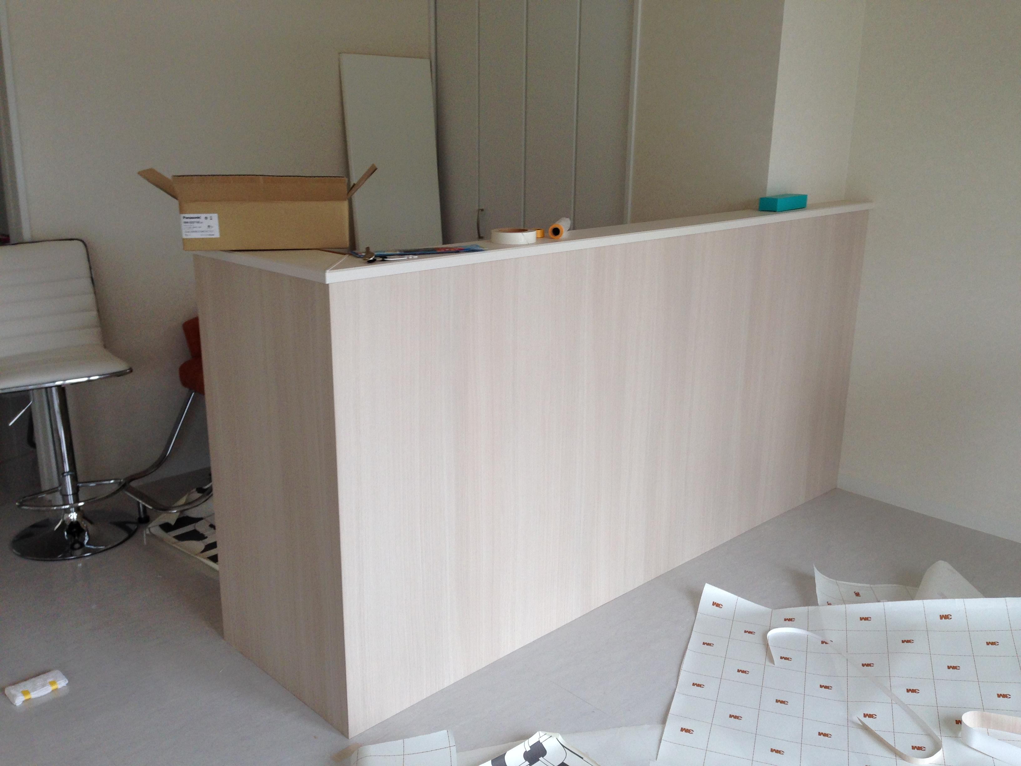 美容室のカウンター木目シート